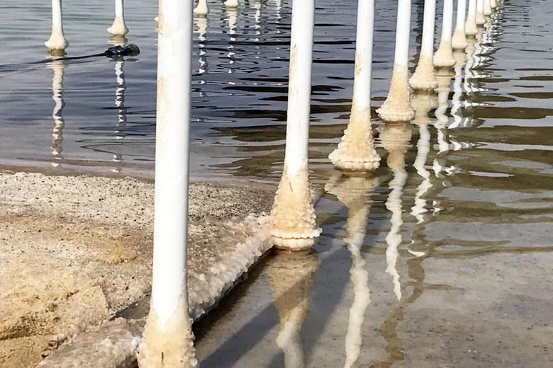 O sal se acumula em qualquer coisa que fique em contato com a água por muito tempo.