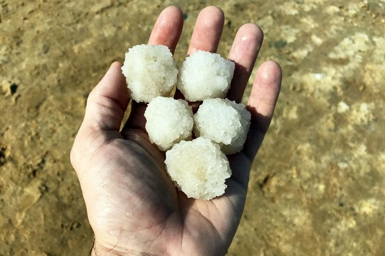 Pedras de sal que se formaram no fundo do Mar Morto.