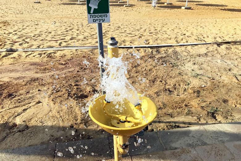 Praia de Ein Bokek: ducha para lavar o rosto, caso respingue água do Mar Morto nos olhos.
