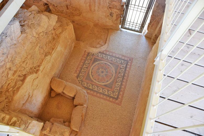 Chão de mosaico preservado.