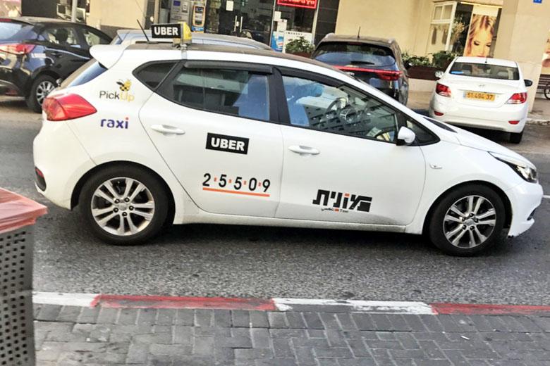 Um táxi que roda no aplicativo Uber.
