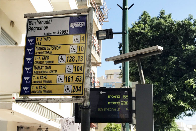 Placa em um ponto de ônibus de Tel Aviv mostrando as linhas atendidas.