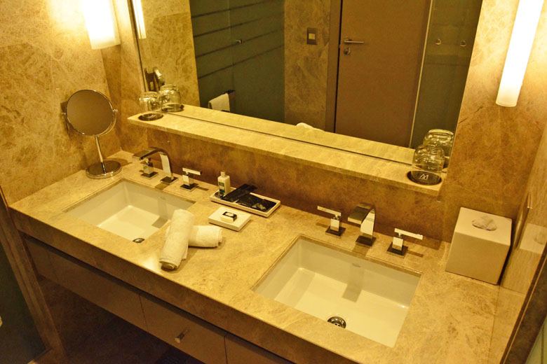 Banheiro da Suíte Deluxe do Palladio Hotel Buenos Aires MGallery by Sofitel.