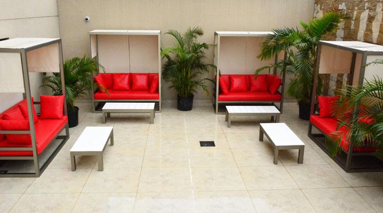 Área da piscina do Palladio Hotel Buenos Aires MGallery by Sofitel.