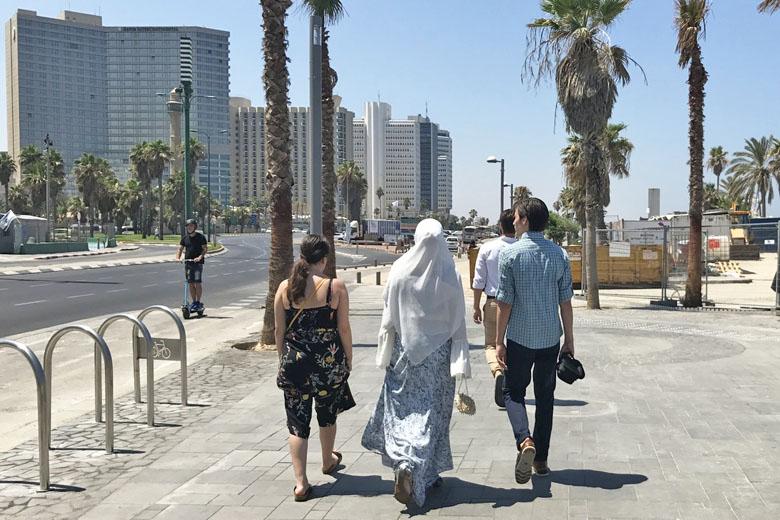 Família muçulmana caminhando na orla de Tel Aviv.