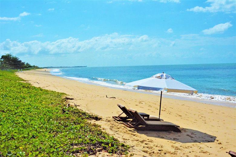 Praia em frente ao Hotel Campo Bahia