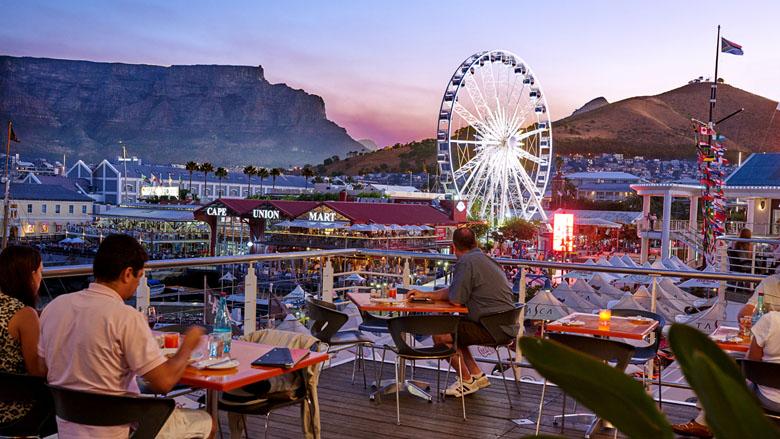 O V&A Waterfront, com a Table Mountain ao fundo.